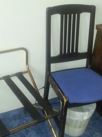 Krim Hotel: Sedia rotta .. camera