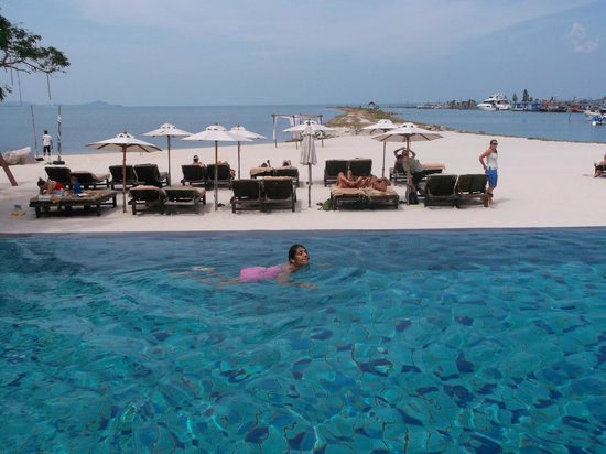 Deva Samui Resort & Spa: infinty pool and private beach