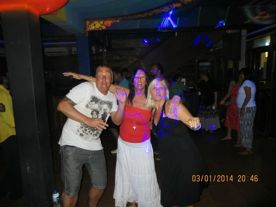 Calangute, India: Mark, Debbs and Jayne, going for it on the dance floor...