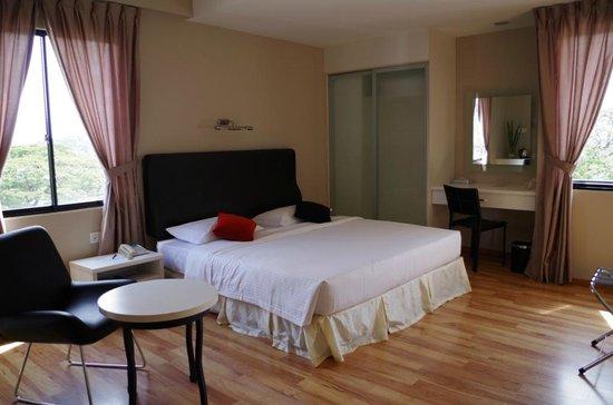 The Palace Hotel Kota Kinabalu: comfortable kingsize bed