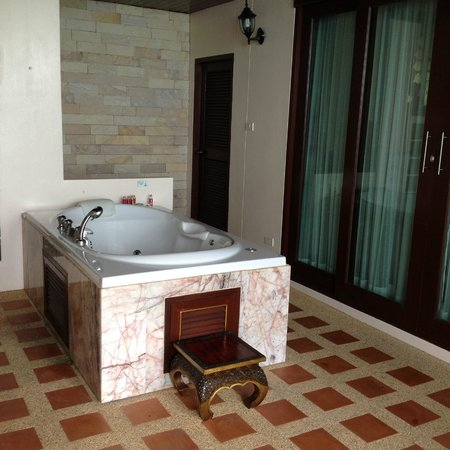 Sandalwood Luxury Villas: Private outdoor Jacuzzi at Jumpee
