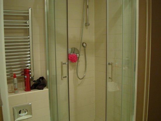 Hyde Park Executive Apartments: Bathroom