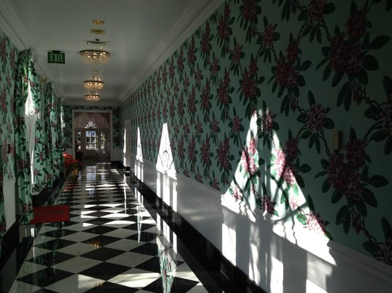 The Greenbrier: Hallway to the fabulous SPA.....