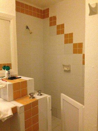 Las Gaviotas Hotel+Rent Aparment: O box de banheiro, no México, é usualmente baixo. Prepare-se para molhar o chão ;)
