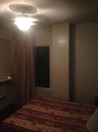 Stay on Main Hotel and Hostel : Нормальная удобная кровать, но кондиционера нет