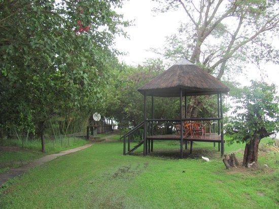 Kalizo Lodge: Deck overlookinG the Zambezi
