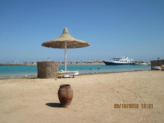 Coral Beach Resort : Пляж и яхта своего дайв-центра