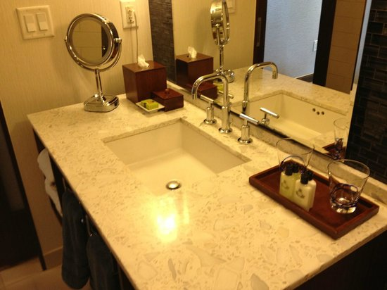 InterContinental New York Times Square: Bathroom sink