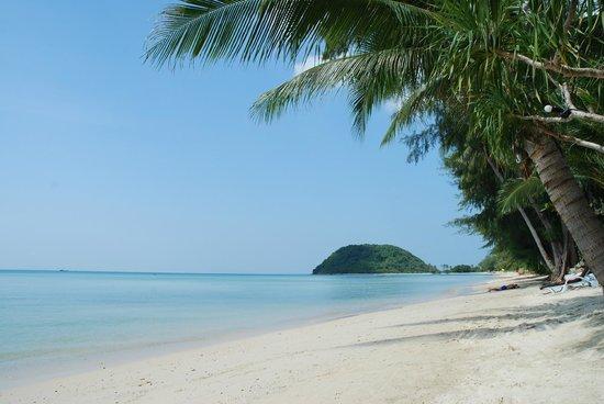 Mövenpick Resort Laem Yai Beach Samui: Low tide looking north from The Passage