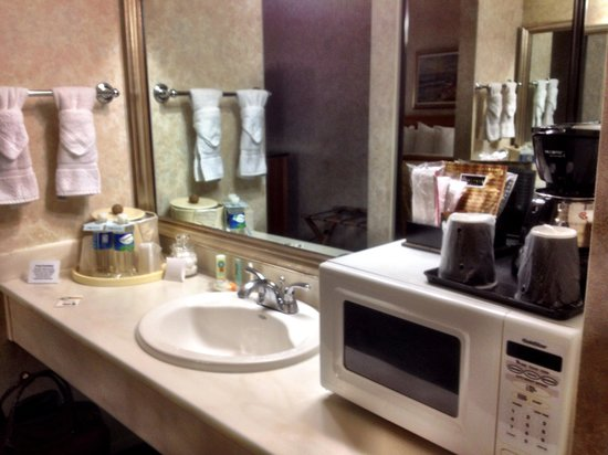 Quality Inn & Suites Hermosa Beach: Nicely situated separate vanity area