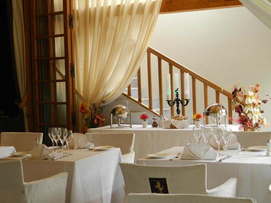 Restaurant Auberge Du Cheval Blanc: Un détail de la Terrasse
