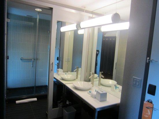 Aloft Chapel Hill: Bathroom
