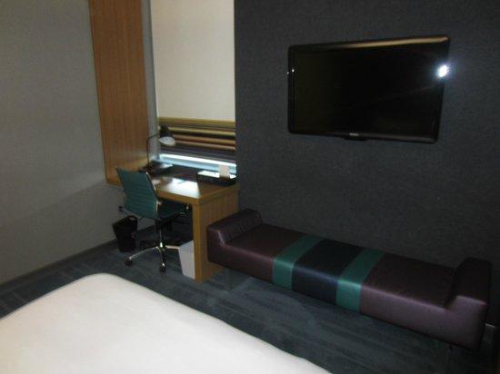 Aloft Chapel Hill: TV wall and desk