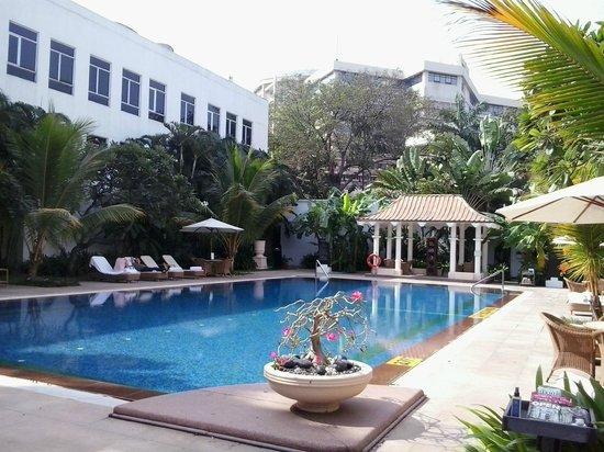 Vivanta by Taj - Connemara, Chennai: Swimming Pool View 2
