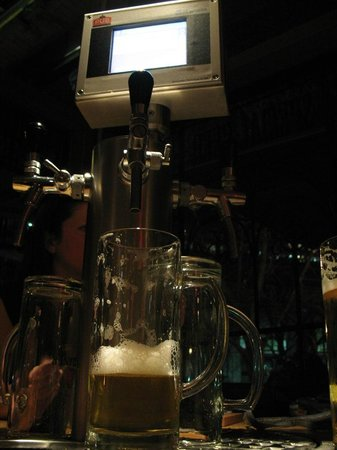 The Pub: Colonnina al tavolo