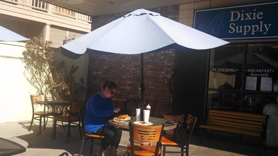 Dixie Supply Bakery & Cafe : Enjoying a late lunch outside!