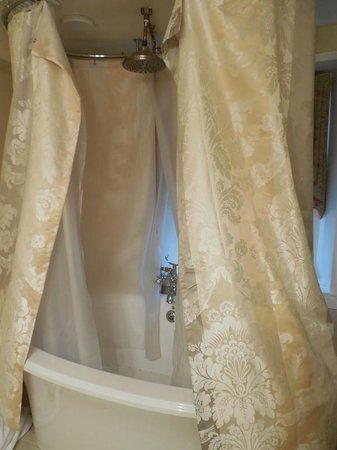 Joseph Ambler Inn: Rain shower head is nice, but the shower curtain doesn't reach all the way around!  brrrrr