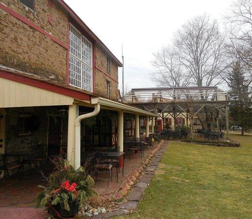 Joseph Ambler Inn: Barn - restaurant and bar (dress code!)