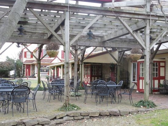 Joseph Ambler Inn: Outside dining for when the weather is nice