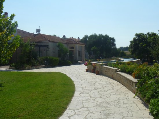 Nostos Hotel: Front pathway from pool to reception