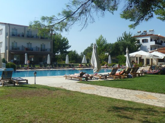 Nostos Hotel: Pool view from stairs to beach