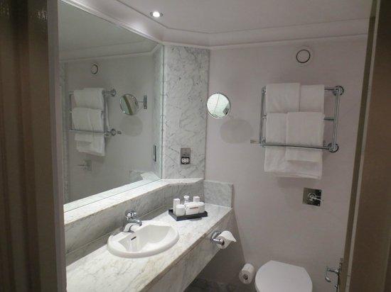 Radisson Blu Edwardian Grafton Hotel: Мраморная ванная