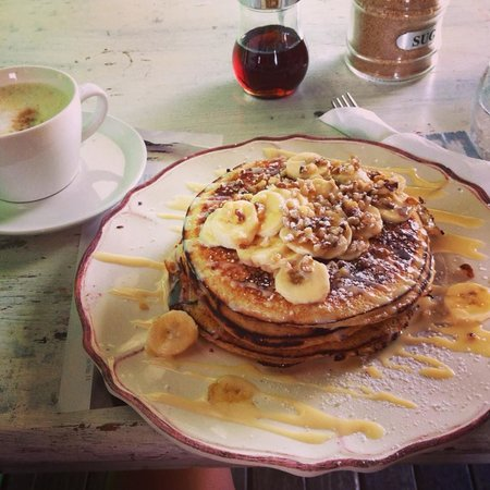 Kamoli Cafe & Boutique: Pancakes with dulce de leche, bananas and walnuts