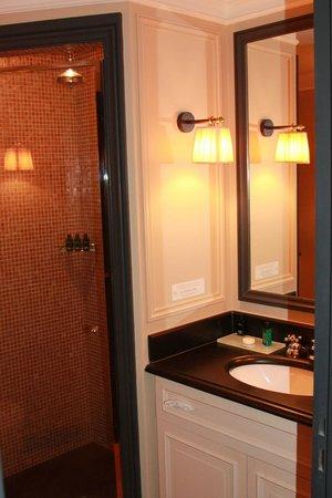 Maison Athenee: Bathroom