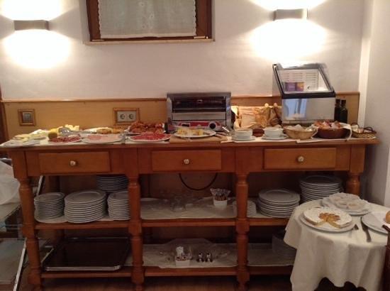 Ayre Hotel Alfonso II: desayuno (lo mejor esta en la cocina..)
