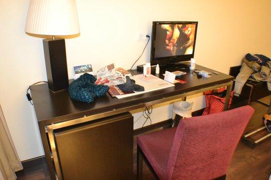 Hotel Eurostars Zaragoza: escritorio con tv