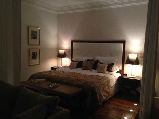 21212: Huge Bed
