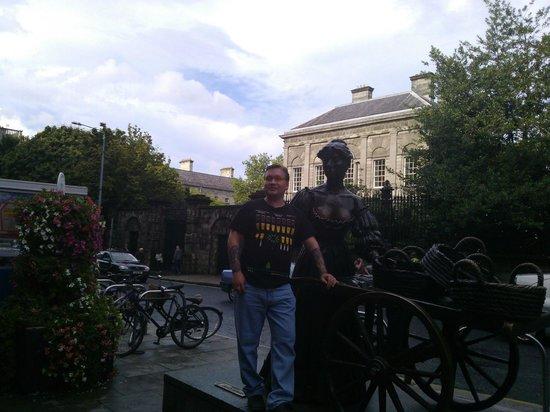 Molly Malone Statue: С девушкой Моли