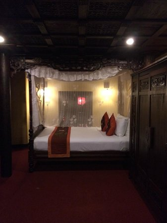 Vinh Hung Heritage Hotel: Bedroom takes you back in time!