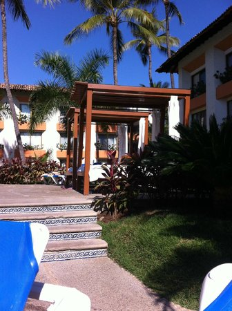 Plaza Pelicanos Club Beach Resort : beds by the pool