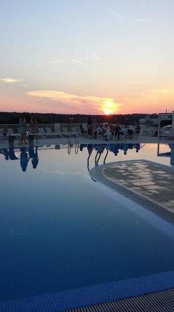 Hotel Playa Azul: Atardecer, piscina