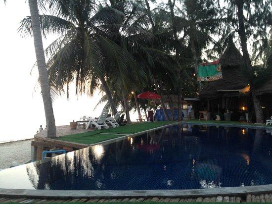 B52 Beach Resort: Alte Liegen + gefährlich Nägel ragen aus dem Holzboden