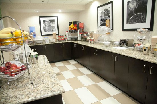 Hampton Inn & Suites Alpharetta : Breakfast Area