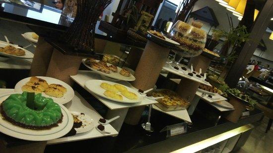Horison Ultima Makassar Hotel: breakfast dessert
