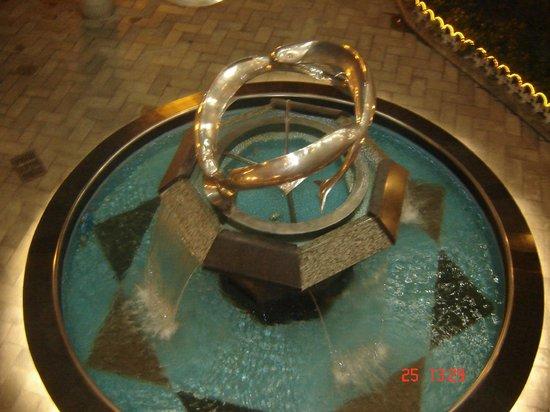 RiverSide YHA: фонтан у входа в отель
