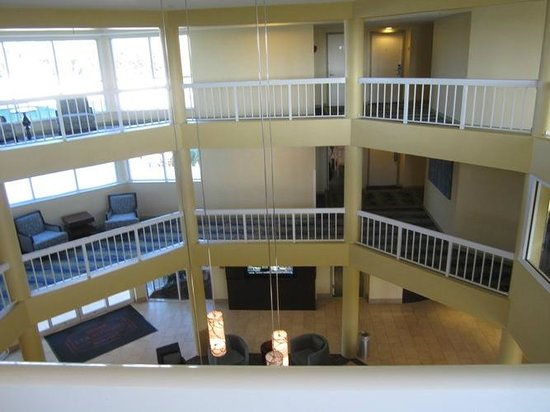 Courtyard by Marriott Key Largo: I liked the open concept of the lobby and floors