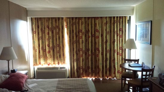 DoubleTree Resort by Hilton Myrtle Beach Oceanfront: Curtains are not attached at ends, impossible to make room dark