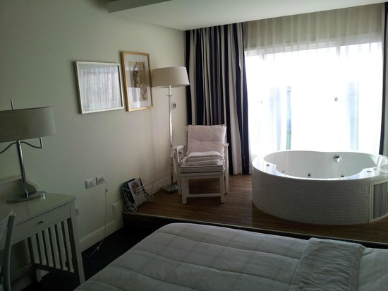 Shalom Hotel & Relax Tel Aviv - an Atlas Boutique Hotel : The jacuzzi in the bedroom