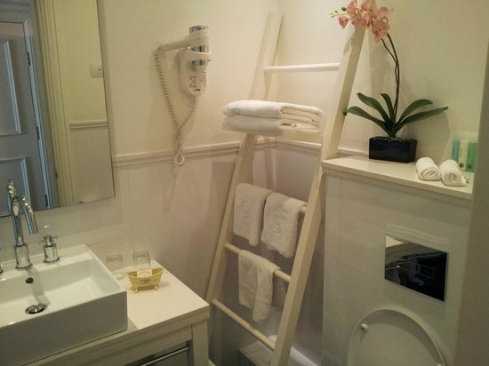 Shalom Hotel & Relax Tel Aviv - an Atlas Boutique Hotel : Lovely bathroom, with shelves to put things on