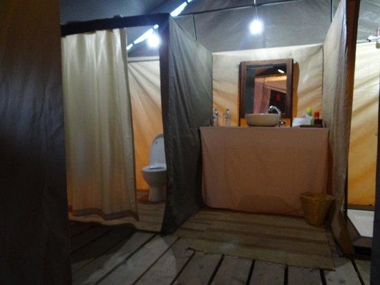 Ang'ata Migration Ndutu Camp: Blick ins Badezimmer