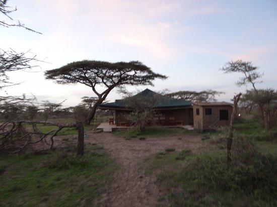 Ang'ata Migration Camp: Blick auf die abendliche Feuerstelle