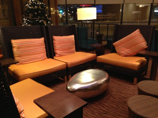 Hilton Garden Inn Saskatoon Downtown: Sitting are by the lobby