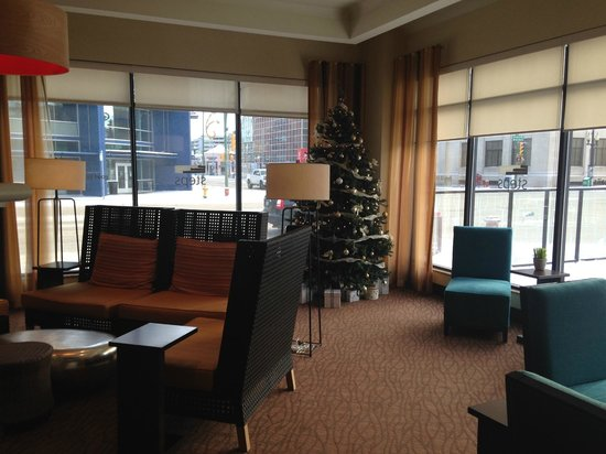 Hilton Garden Inn Saskatoon Downtown: Sitting are by the lobby