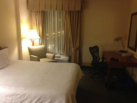 Hilton Garden Inn Saskatoon Downtown: Non renovated room