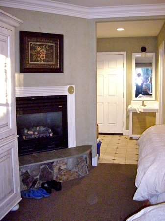 Village Green Resort: Deluxe room with gas fireplace & 2 Queen beds