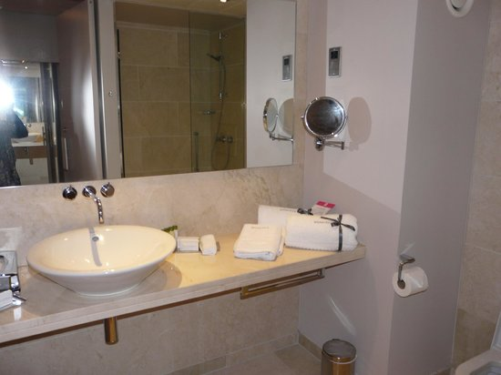 The Morrison, a DoubleTree by Hilton Hotel: Bathroom